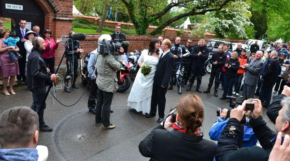NDR-Team zeichnet eine Motorradfahrer-Hochzeitsgesellschaft auf